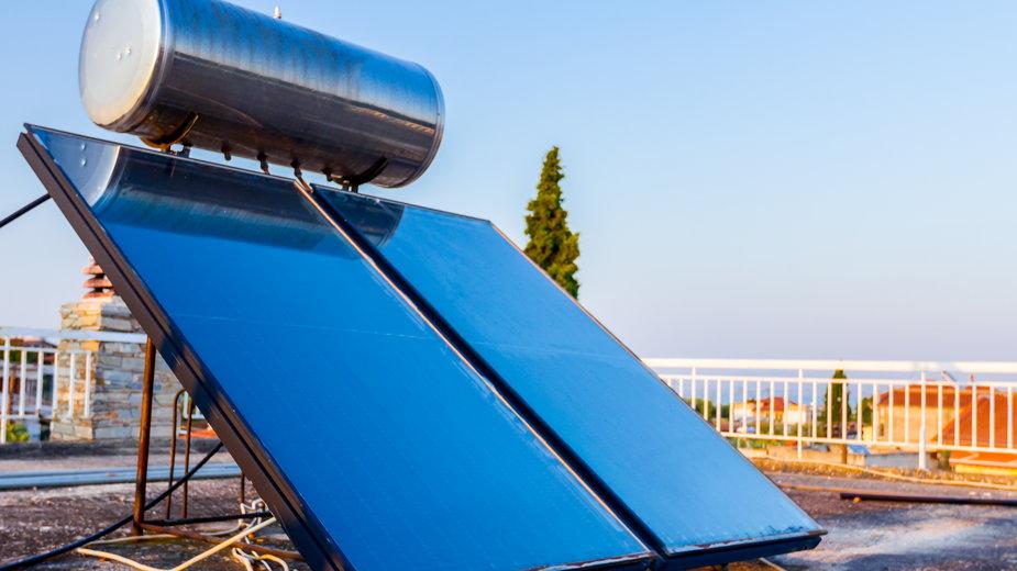 Bojler solarny pozwala na ogrzanie wody bez ponoszenia kosztów - Roman_23203/stock.adobe.com