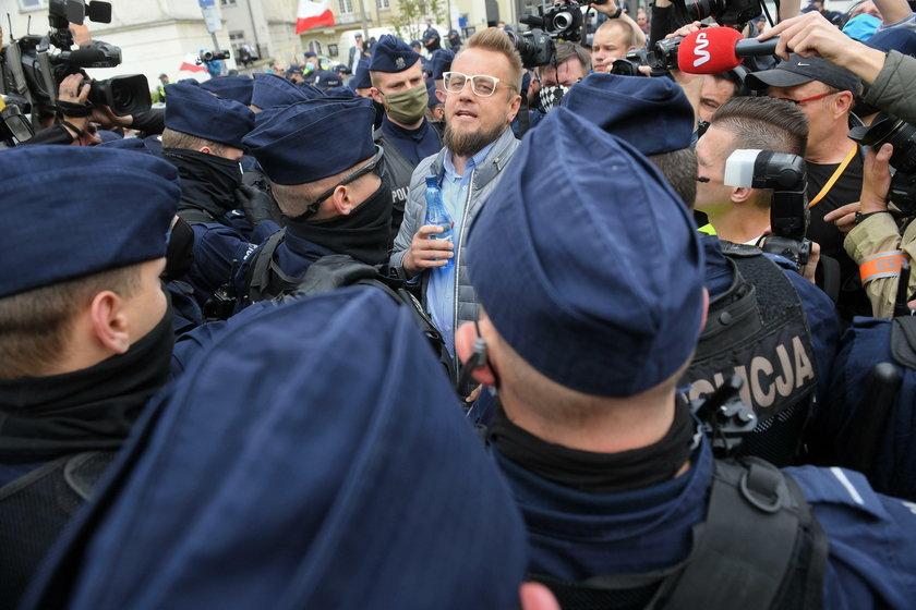 Tak Tanajno atakował policjantów. Sami oceńcie: to atak, czy przypadek?