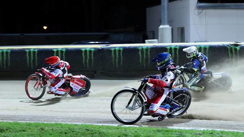 Polacy Bartosz Zmarzlik (L) i Jakub Miśkowiak (C) oraz Słoweniec Matic Ivacić (P) podczas półfinału Speedway of Nations