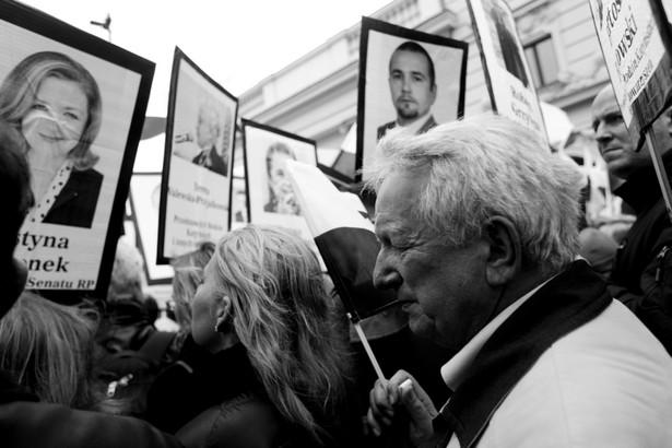 """W środę Rzecznik Praw Obywatelskich Adam Bodnar po raz kolejny zabrał głos w sprawie przewidywanych ekshumacji ofiar katastrofy smoleńskiej; jak napisał, Kpk przewiduje zażalenie m.in. na """"inne czynności"""" prokuratury, a w tym pojęciu można pomieścić również ekshumację."""