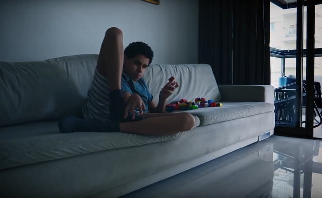 Nikolas Greko se igra sa kockicama