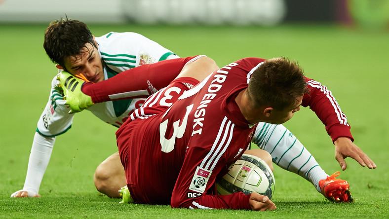 Zawodnik Lechii Gdańsk Nikola Lekovic (L) walczy o piłkę z Fabianem Burdenskim (P) z Wisły Kraków