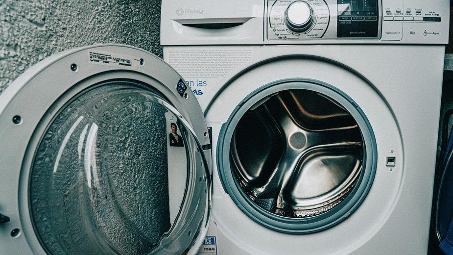 Regularne czyszczenie pralki zapobiega powstawaniu przykrego zapachu - Antonio_Cansino/pixabay.com
