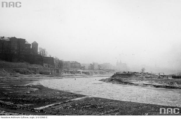 Widok miasta od strony Wisły pokrytej krą. Po prawej stronie miejsce po rozebranej willi, Kraków 1938 r.