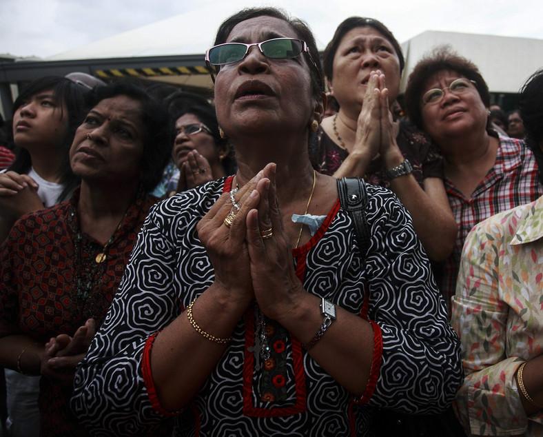 Tłumy Malezyjczyków modlą się pod szpitalem w Kuala Lumpur