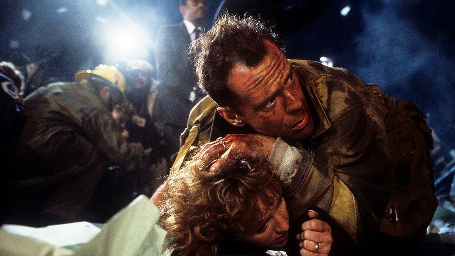 """Bonnie Bedelia i Bruce Willis w filmie z cyklu """"Szklana pułapka"""""""