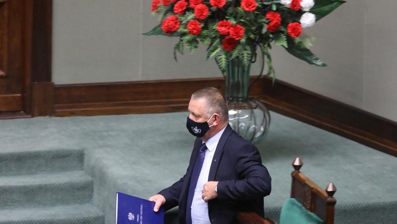 Prezes NIK Marian Banaś na sali obrad Sejmu
