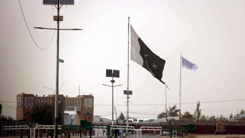 Flaga talibów na granicy