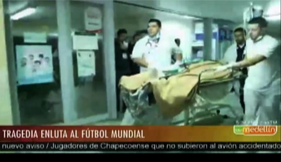 Pružanje prve pomoći jednom od preživelih u Medeljinu
