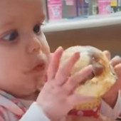 Beba prvi put probala SLADOLED, njena reakcije nasmejala DVA MILIONA LJUDI (VIDEO)