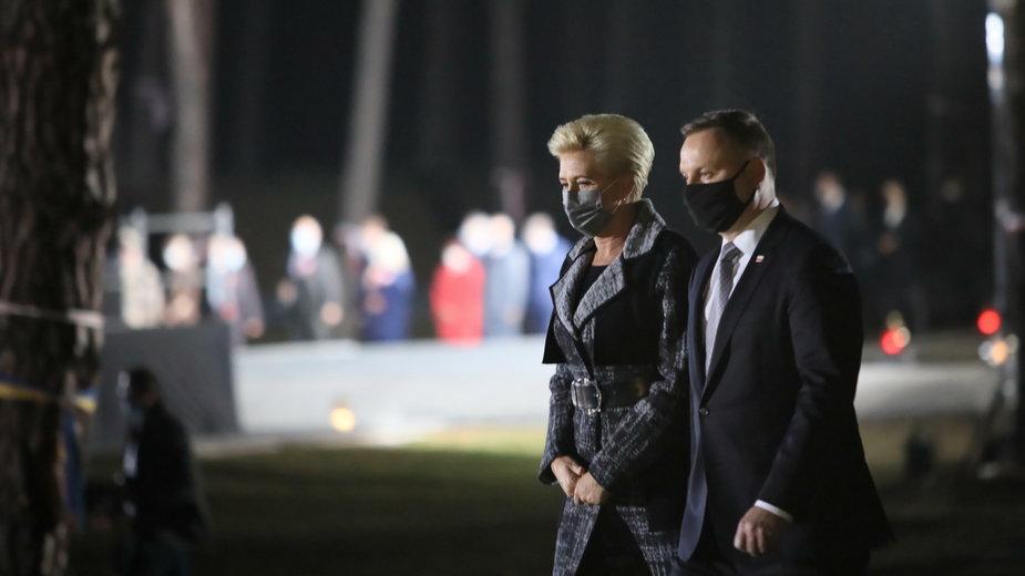 Andrzej Duda i Agata Kornhauser-Duda na cmentarzu w Bykowni
