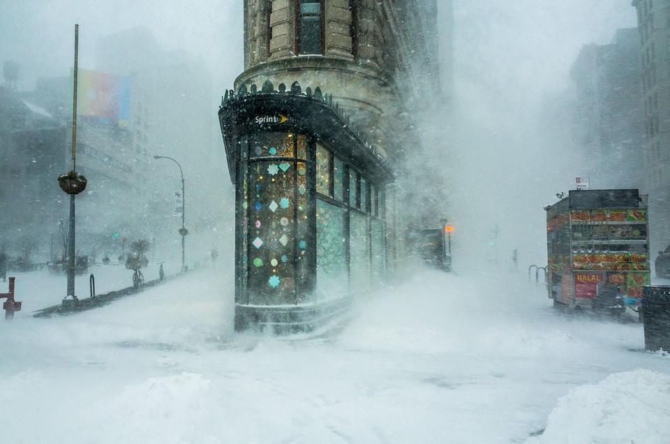 """Wyróżnienie: """"Flatiron Building w burzy śnieżnej"""", fot. Michele Palazzo"""