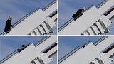 Co się dzieje z prezydentem USA? Niepokojący incydent na schodach samolotu