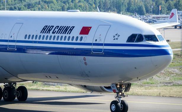 LOT od kilku dni nie lata za Chiński Mur, natomiast stamtąd do Warszawy trzy razy w tygodniu przylatują samoloty Air China. Przywożą i oczywiście zabierają z powrotem pasażerów, również tych, którzy nie mogą skorzystać z usług polskiego przewoźnika.