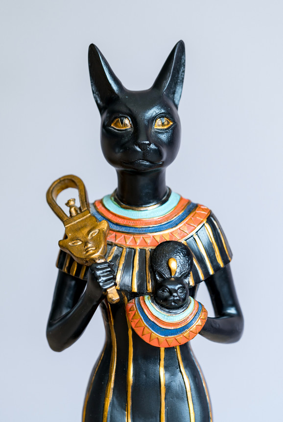 Egipćani su imali mačke kao kućne ljubimce, ali su i ubijali i balsamovali i prinosili kao dar boginji Bastet