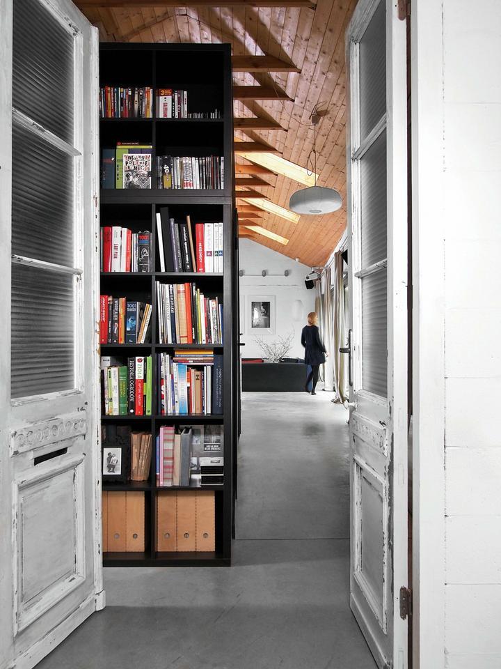 DO GABINETU prowadzą dwuskrzydłowe przeszklone drzwi, które liczą sobie aż sto lat.
