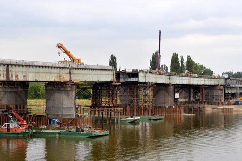 Trwają prace przy moście Łazienkowskim. Robotnicy nasuwają nową konstrukcję