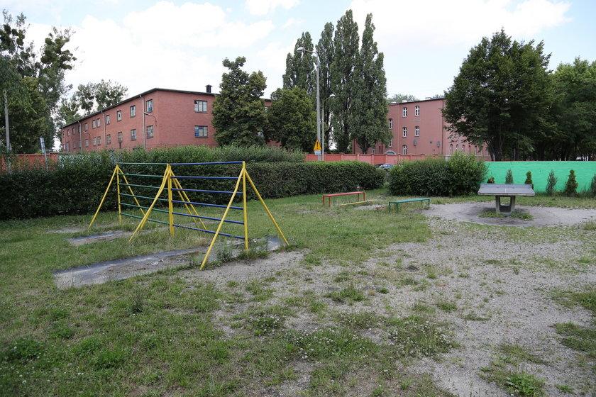 Zniszczony plac zabaw z podstawówki przy ul. Ścinawskiej we Wrocławiu