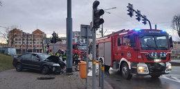 Horror w Elblągu. 19-latek uderzył w słup i wyleciał z auta. Przerażające nagranie