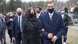 Pogrzeb Krzysztofa Krawczyka. Trzymający się za ręce Morawieccy to widok rozdzierający serce