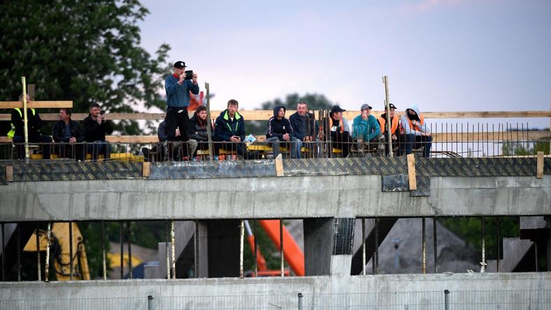 Kibice obserwujący mecz 1/4 finału piłkarskiego Pucharu Polski pomiędzy Stalą Mielec a Lechem Poznań