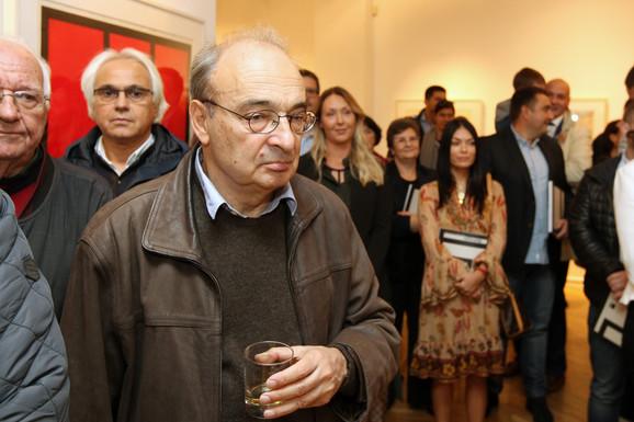 Profesor Leon Kojen na otvaranju izložbe Radomira Damnjanovića Damnjna