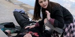 """Dramat w """"M jak miłość"""". Odc. 1601. Dawid wyląduje w szpitalu! Czy rodzice powiedzą Basi, że jej ukochany umiera na białaczkę?"""