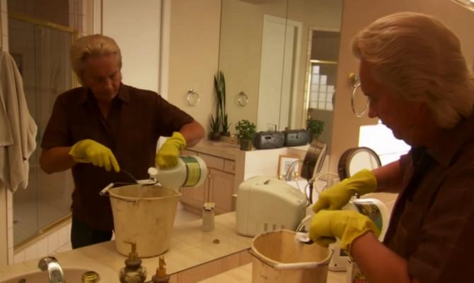 Bivši suprug joj čisti kuću