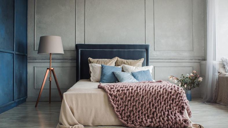 Sztukaterie – to one, obok stonowanej kolorystyki – budują nastrój teraz wnętrza. Kilka tygodni temu przebojem wdarły się na salony, teraz królują także w przedpokojach, a przede wszystkim w sypialniach. Są nie tylko efektowny, ale też trwałe i łatwe w montażu. Możemy je sami przytwierdzać do ściany, a także – w razie potrzeby – malować na dowolne kolory.