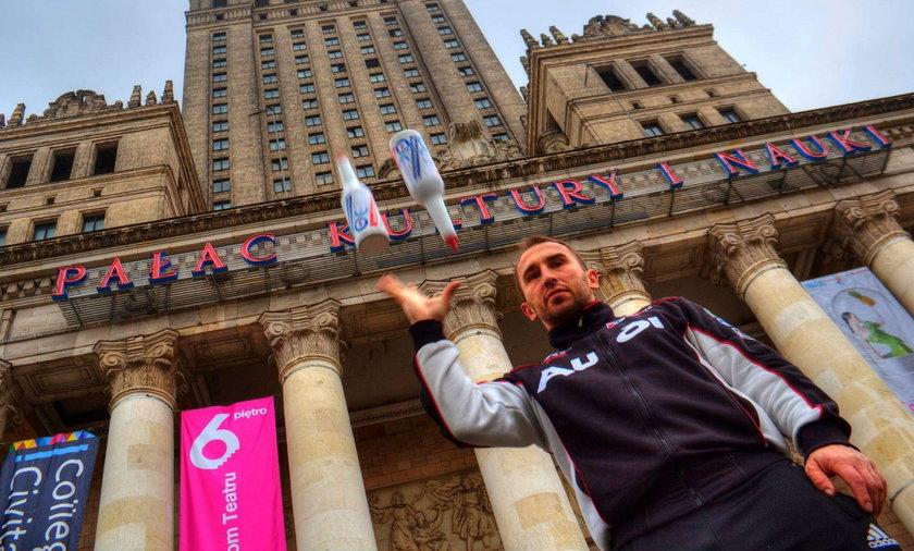 Krzysztof Drabik wszedł na 30. piętro Pałacu Kultury i Nauki żonglując butelkami