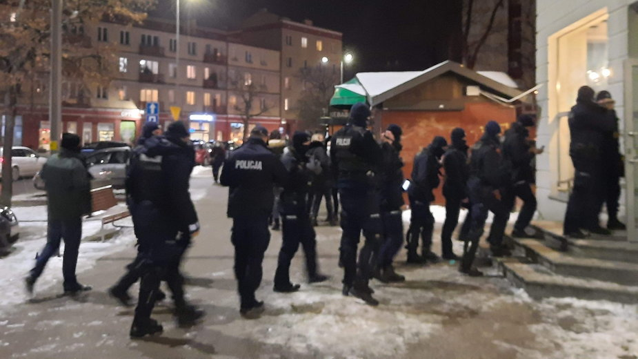 Policjanci pod jedną z restauracji w Gdańsku