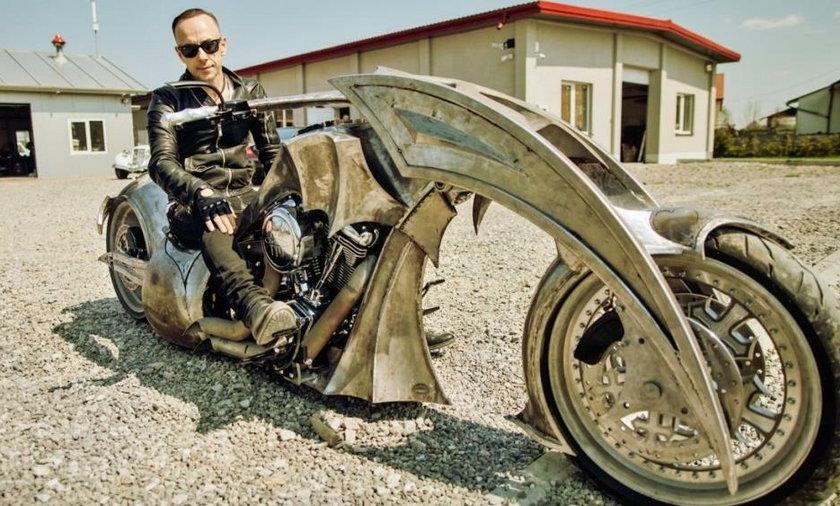 Nergal na motocyklu zbudowanym dla jego zespołu