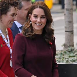 Księżna Kate Middleton eksponuje ciążowe krągłości w pięknej sukience. Co za styl!