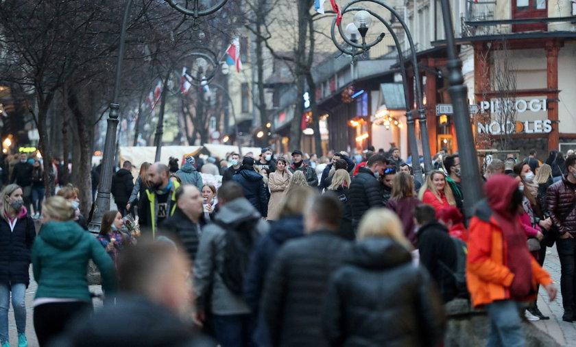 Szturm turystów na Krupówki.
