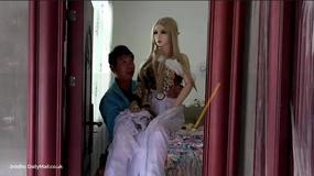 Po rozwodzie zamieszkał z... siedmioma seks-lalkami