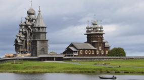 Wyspa Kiży na jeziorze Onega w Rosji - Cerkiew Przeobrażenia Pańskiego i kilkadziesiąt drewnianych świątyń