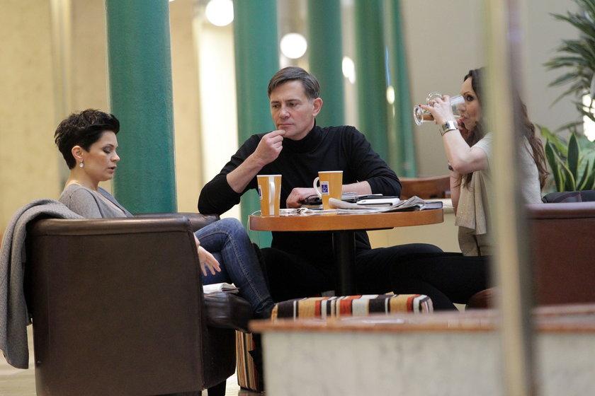 Krzysztof Ibisz, Joanna Górska i Beata Cholewińska w kawiarni