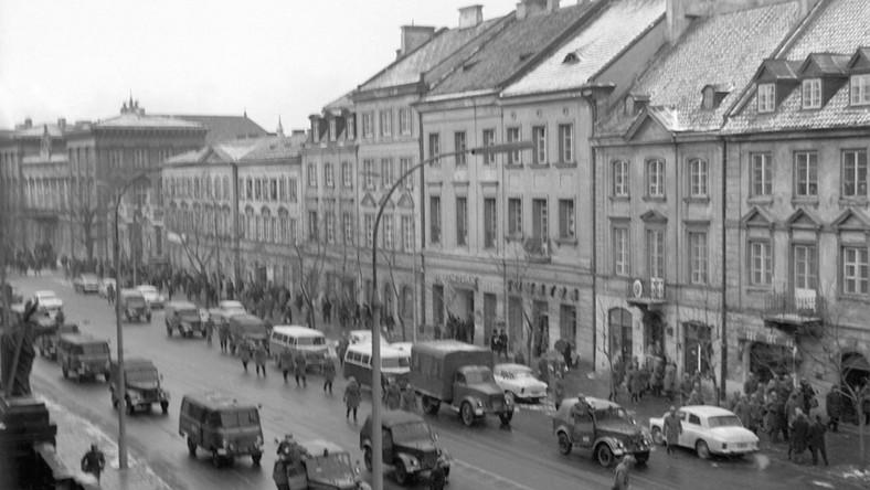 Kordon milicji na Karkowskim Przedmieściu w Warszawie