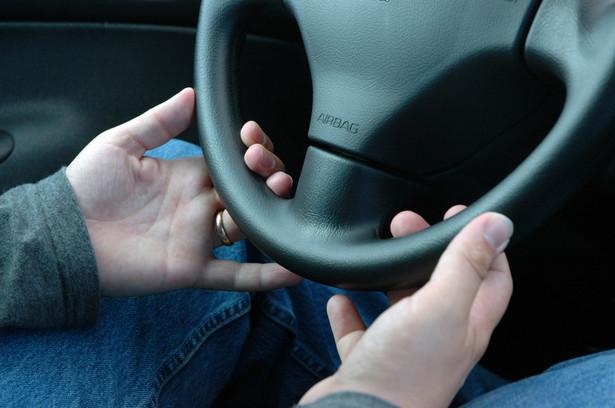 Zainstalowany w samochodzie mechanizm ma blokować zapłon, jeśli kierowca pił wcześniej alkohol.