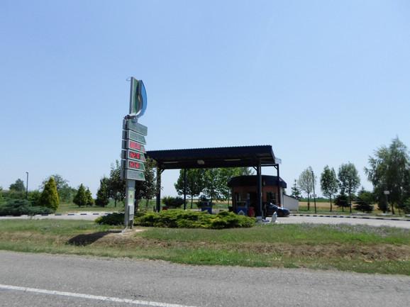 Benzinska pumpa na ulazu u Velike Radince