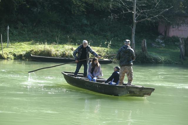 Građani i danas prelaze reku u čamcima.