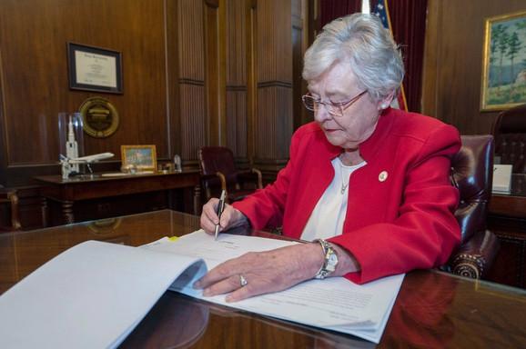 Guvernerka Kej Ajvi prethodno je potpisala strog zakon o zabrani abortusa