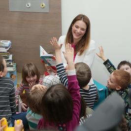 Anna Dereszowska pomaga zbierać książki dla dzieci