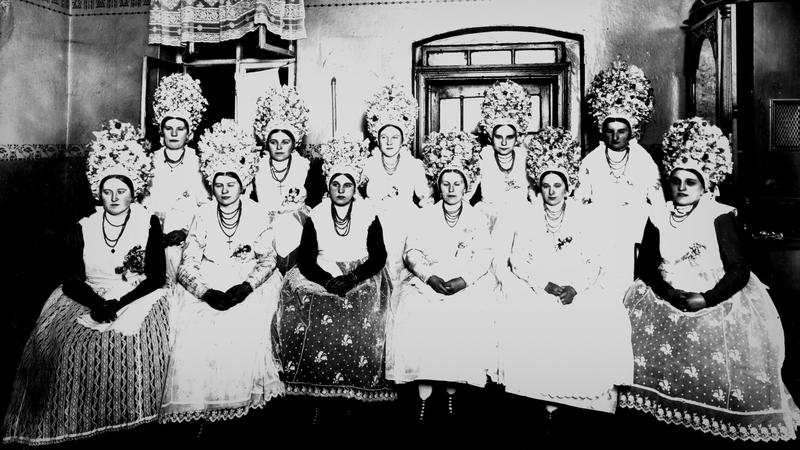Grupa kobieta w stroju bamberskim (1910-1939)