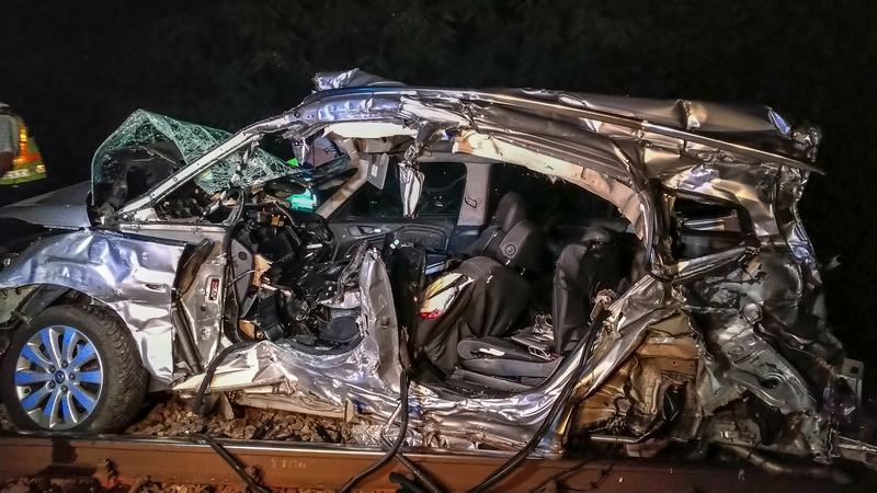 Brutális fotók érkeztek a kismarosi vonatbaleset helyszínéről - Felismerhetetlenségig roncsolódott a szerelvénnyel ütköző kocsi