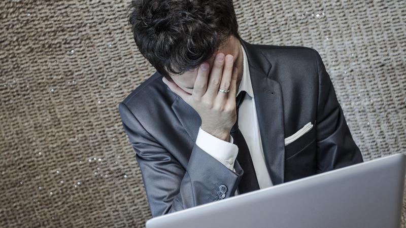 mężczyzna płacz komputer zdrada