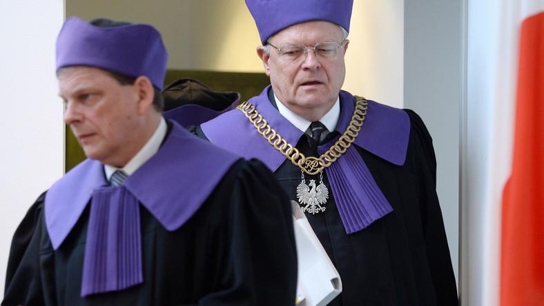 Przewodniczący składu sędziowskiego Stanisław Zabłocki (P) oraz sędzia SN Tomasz Artymiuk (L) przed posiedzeniem SN