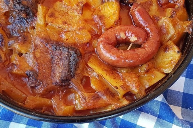 Krompirača sa KOBASICAMA: Idealna za brz i ukusan ručak
