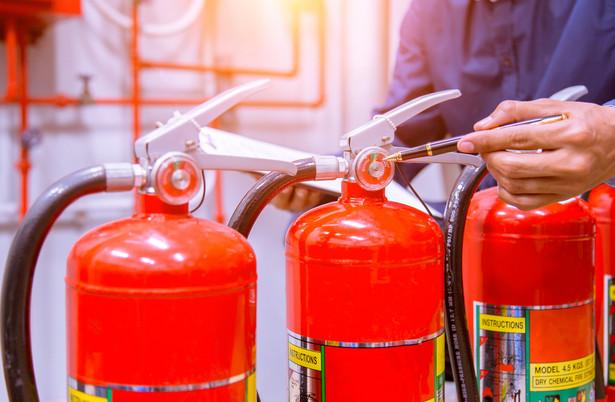 """""""Na skutek przeciążenia instalacji elektrycznej bardzo często dochodzi do pożarów i to niekoniecznie w pomieszczeniu, gdzie podłączone są urządzenia, np. w kuchni. Może się okazać, że iskrzenie nastąpi np. w skrzynce z bezpiecznikami, która znajduje się w zupełnie innym miejscu mieszkania"""" – ostrzega Suski."""