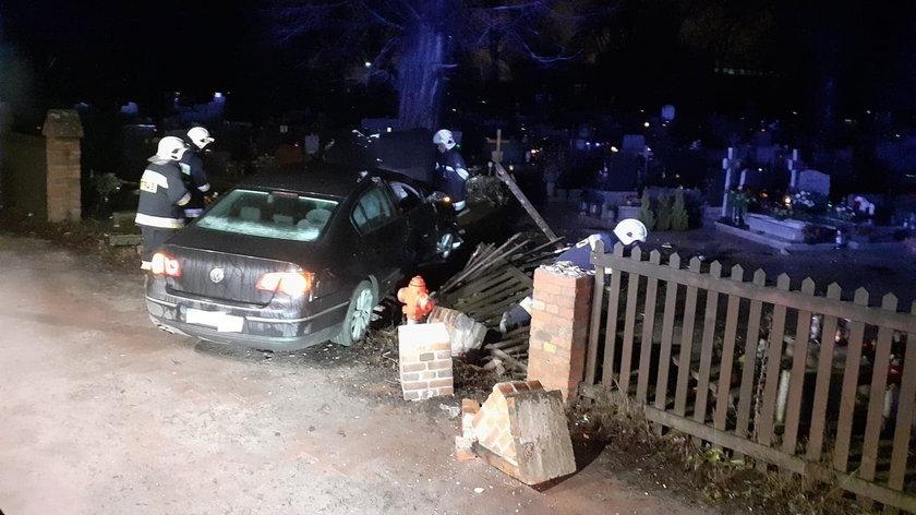 Nocny rajd zakończył się na... cmentarzu. Samochód staranował nagrobki